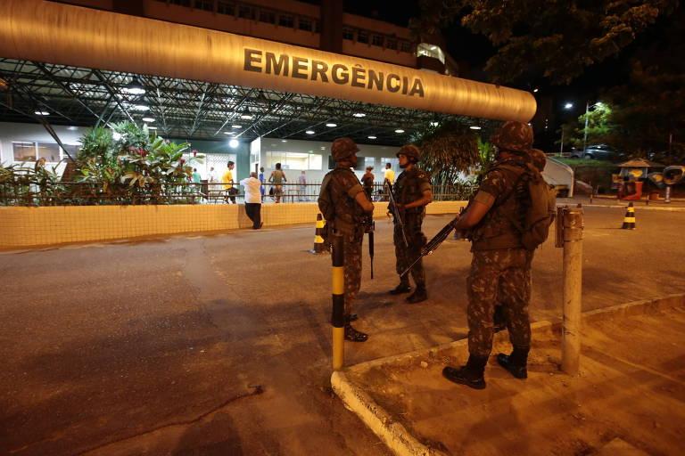 Soldados do Exército fazem segurança na porta de hospital na periferia de Salvador durante greve da PM em 2013