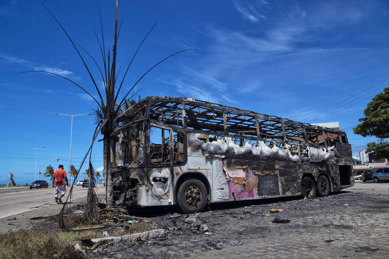 Ônibus incendiado após ataques criminosos em Natal em 20116