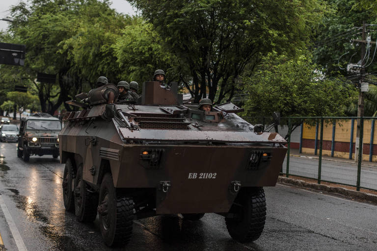 Militares fazem guarda em frente a shopping center em Natal