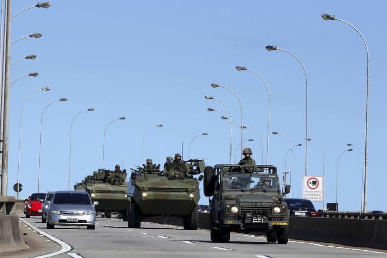 Tanques blindados do Exército transitam por ruas da Grande Vitória durante greve policial em fevereiro de 2017