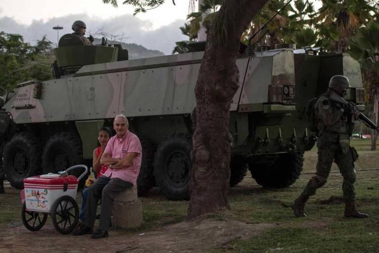 Militares patrulham área próxima ao aeroporto Santos Dumont, no Rio, no dia em que Michel Temer anunciou a mobilização de 8.500 soldados para a cidade em 2017