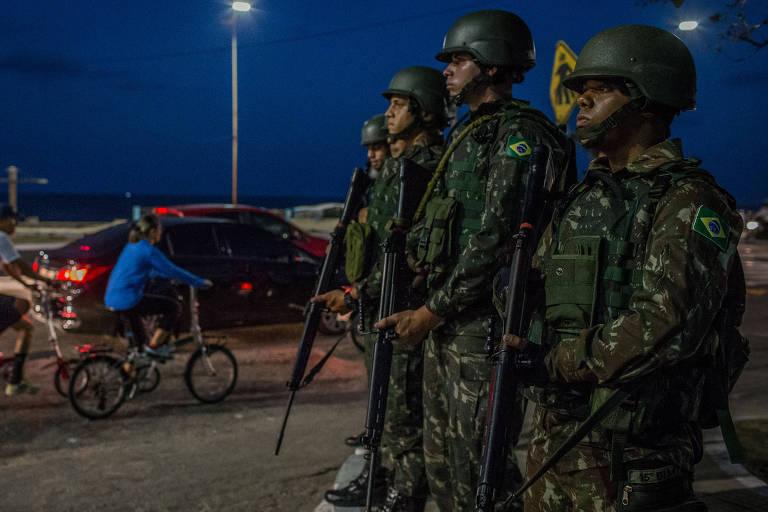 Soldados do exército brasileiro patrulham a área da Praia do forte, em Natal, durante greve policial