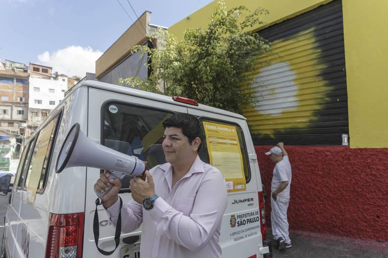 Em postos de saúde na zona sul, agentes usam megafone para convocar moradores para vacinação
