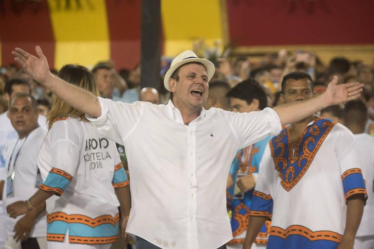 O ex-prefeito do Rio de Janeiro, Eduardo Paes, no desfile das campeãs do carnaval do Rio. Está de camisa branco e chapéu panamá