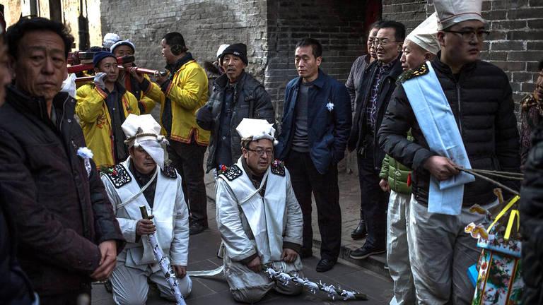 Por que strippers são contratadas para se apresentar em funerais na China