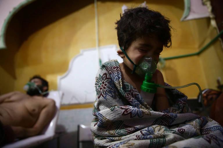 Crianças e adultos recebem tratamento por suspeita de ataque químico no vilarejo de al-Shifuniyah, em Ghouta Oriental (Síria)