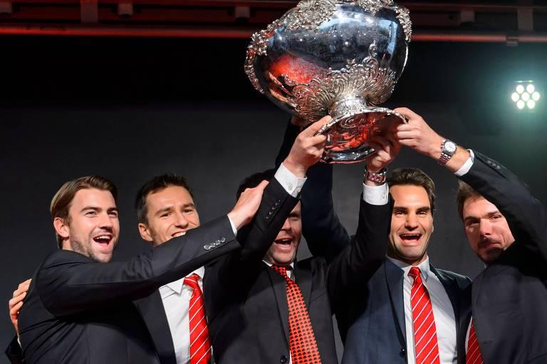 Da esquerda para direita, Michael Lammer, Marco Chiudinelli, Severin Luethi, Roger Federer e Stan Wawrinka comemoram o título da Copa Davis de 2014 para a Suíça