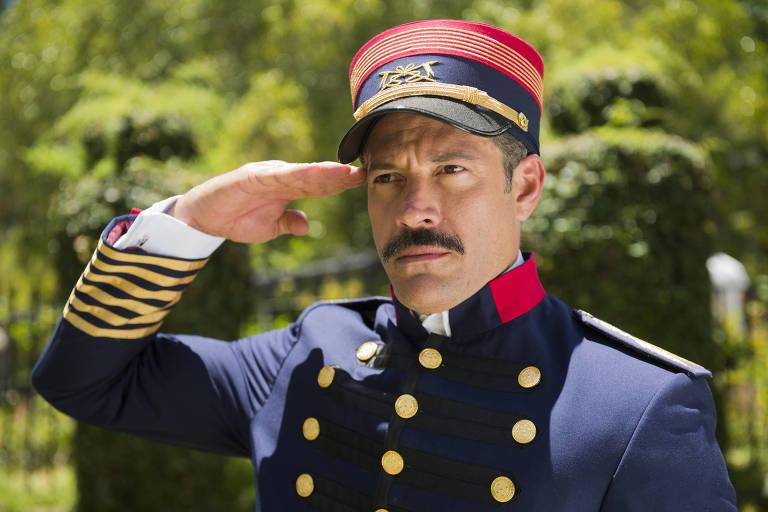 Coronel Brandão (Malvino Salvador) é o Motoqueiro Vermelho em 'Orgulho e Paixão'