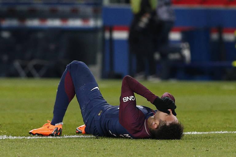 Neymar chora depois de pisar em falso e torcer o tornozelo na partida entre PSG e Olympique de Marselha, em Paris