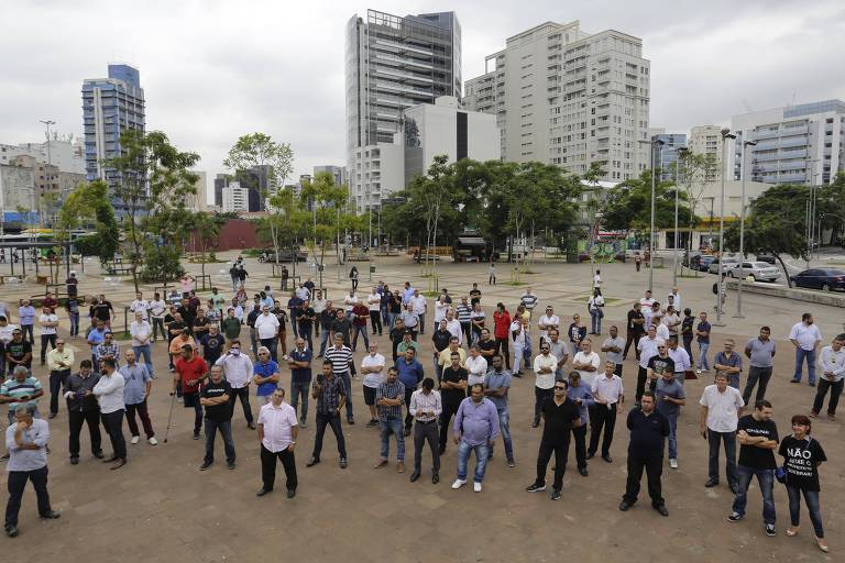 Motoristas de aplicativos de transporte individual realizam protesto no Largo da Batata, zona oeste de São Paulo, contra projeto de regulação do serviço em tramitação no Congresso