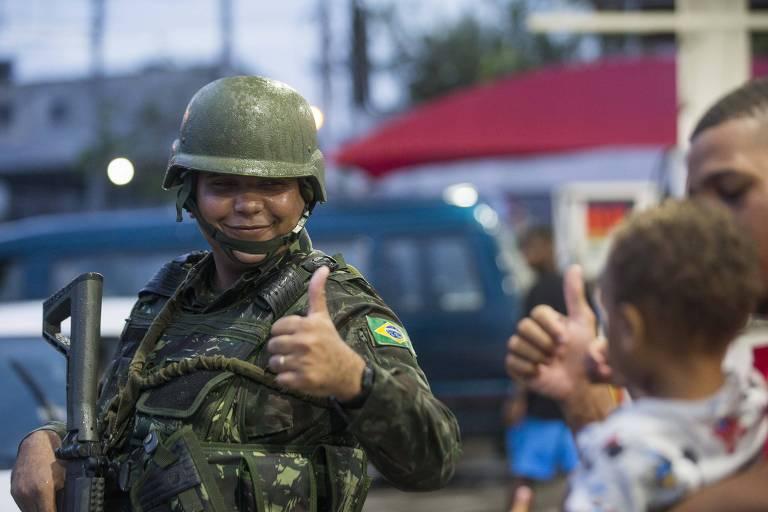 Soldado do Exército durante ocupação ao complexo do Chapadão, na zona norte do Rio