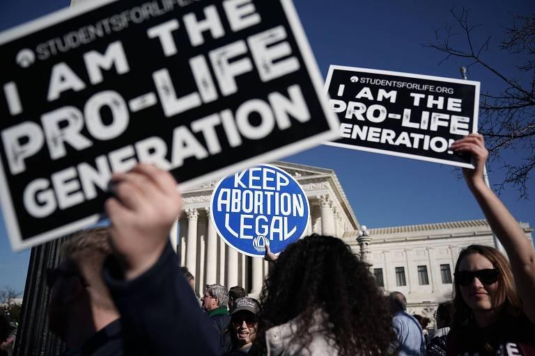 Manifestantes contrários e favoráveis ao aborto protestam juntos em frente ao Congresso dos EUA em janeiro