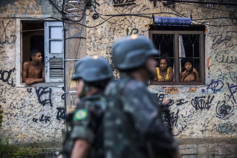 Homens do Exército e tanques circulam entre população do Rio após intervenção federal