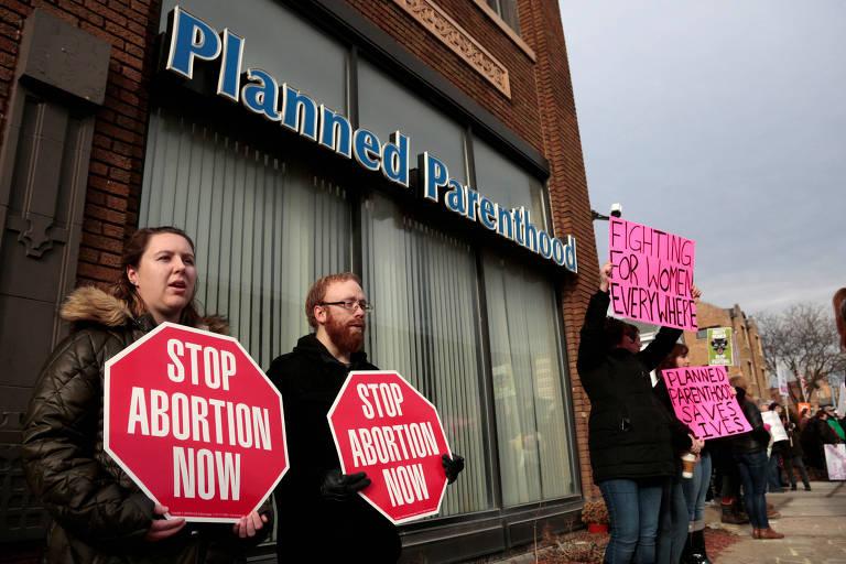 Ativistas antiaborto protestam em frente a uma clínica da Planned Parenthood, associação de apoio à interrupção da gravidez, em Detroit