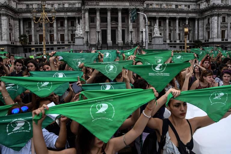 Mulheres levantam lenços em protesto em Buenos Aires a favor da ampliação da legalização do aborto na Argentina