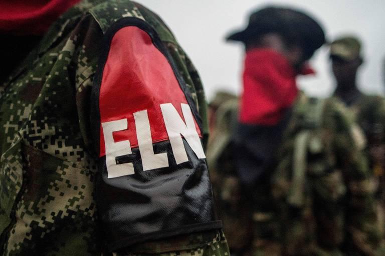 Braçadeira de guerrilheiro do Exército de Libertação Nacional formado em exercício militar em Chocó, na Colômbia