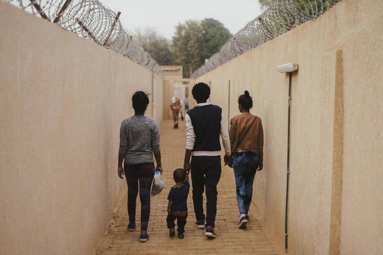 Candidatos a asilo na França percorrem corredores de complexo da ONU em Niamey, no Níger, antes de serem entrevistados