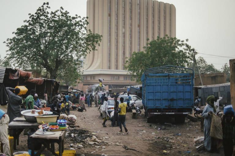 Mercado de rua de Niamey, no Níger; usado como rota rumo ao Mediterrâneo, país reduziu para um terço número de imigrantes