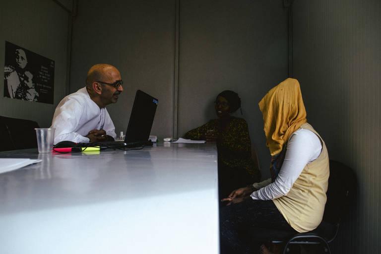 De cabeça coberta, candidata a asilo na França é entrevistada por funcionário da agência francesa de refugiados em Niamey, no Níger