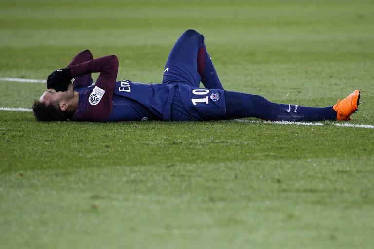 Neymar chora em campo após lesão