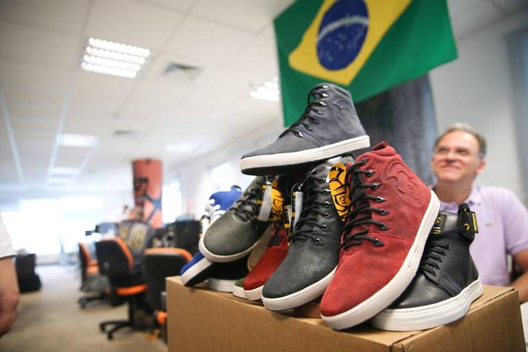 Tênis empilhados em departamento comercial da empresa Netshoes em São Paulo