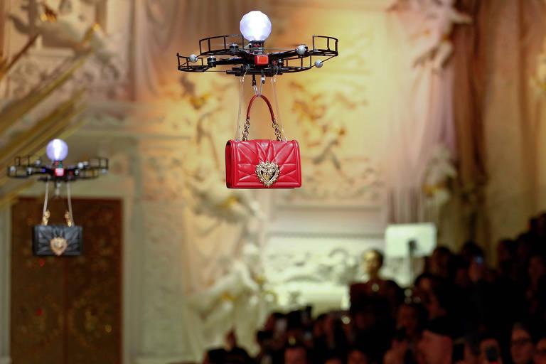 Drone carrega bolsa em desfile da Dolce & Gabbana, em Milão