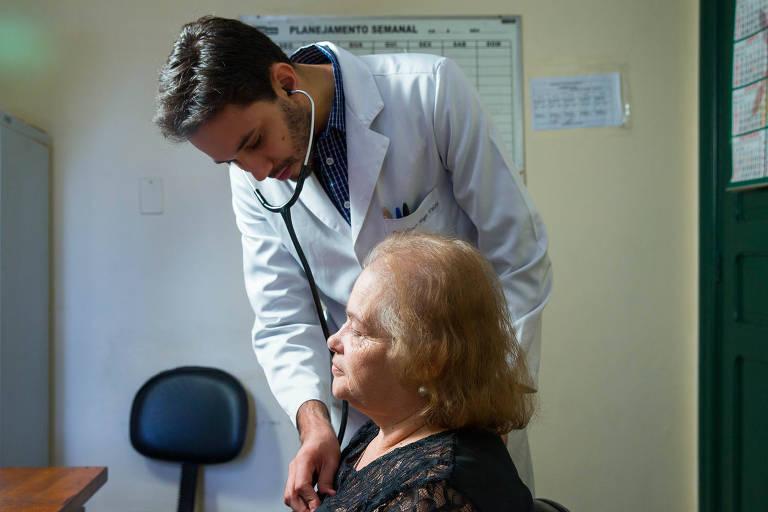 Médico examina paciente com estetoscópio em posto de saúde