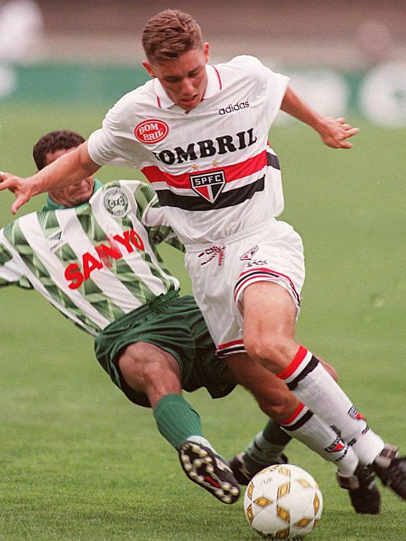 No Brasileiro de 1997, Fábio Aurélio disputa bola com o zagueiro do Coritiba, em partida que acabou 0 a 0