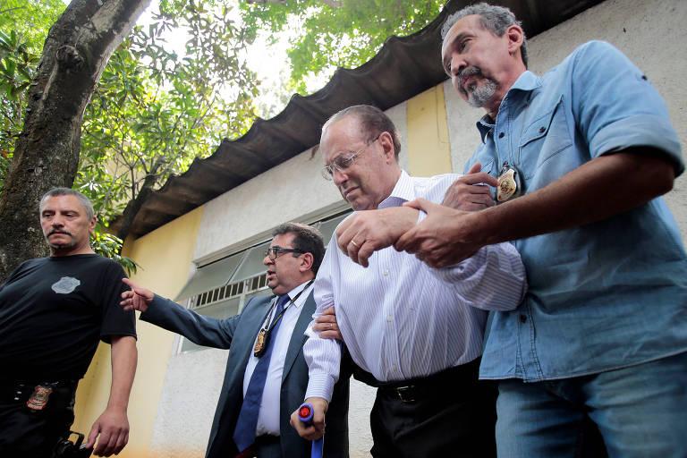 O deputado-federal Paulo Maluf (PP-SP) é escoltado por policiais federais ao deixar o IML de São Paulo