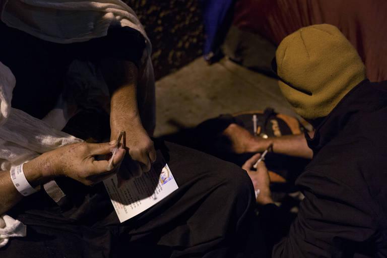 Moradores de rua usam heroína em área degradada no centro de Los Angeles (EUA)