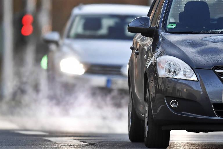 Na Alemanha, carros liberam fumaça de seus escapamentos