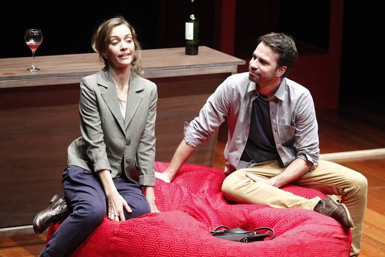"""Os atores Andrea Dupré e Daniel Tavares em cena do espetáculo """"Eigengrau, no Escuro"""""""