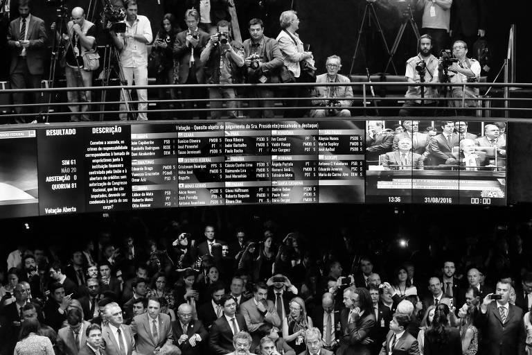 Senadores comemoram resultado da votação do julgamento do impeachment de Dilma Rousseff, em agosto de 2016
