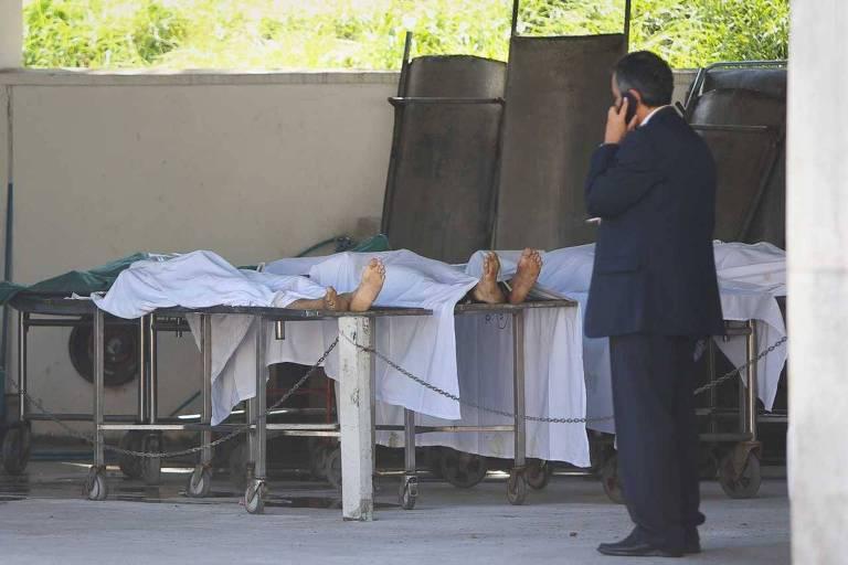 Corpos de vítimas de chacina no IML; dois PMs e um guarda-civil já tinham sido condenados por crime