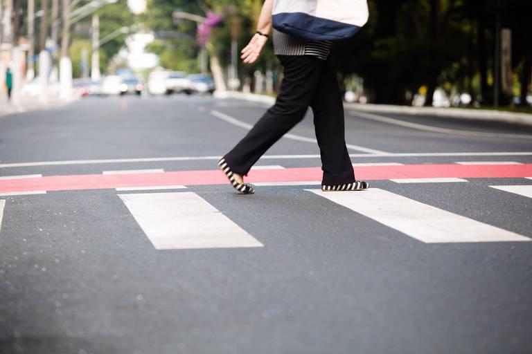 Pedestre atravessa a avenida Braz Leme (zona norte), que foi recapeada pela gestão Doria