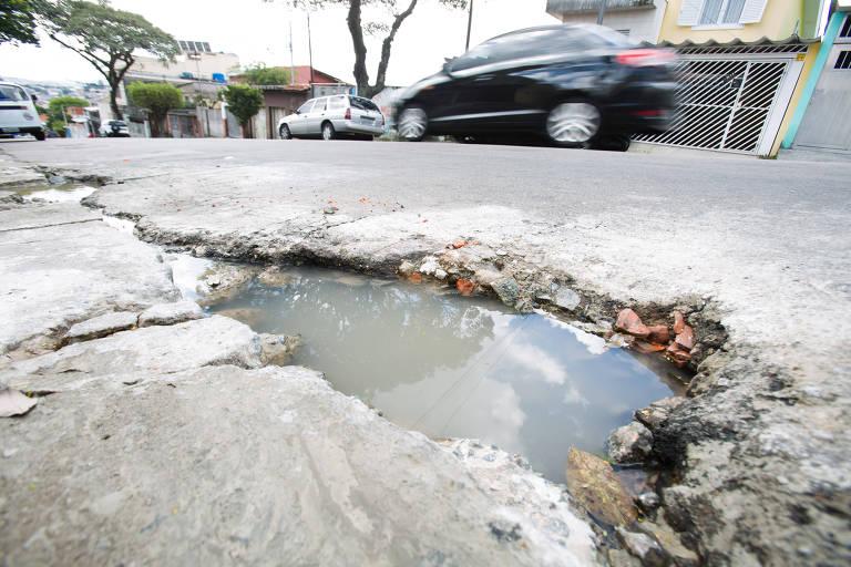 Buraco na rua Santa Eudóxia, na zona norte; prefeitura diz ter aumentado os reparos