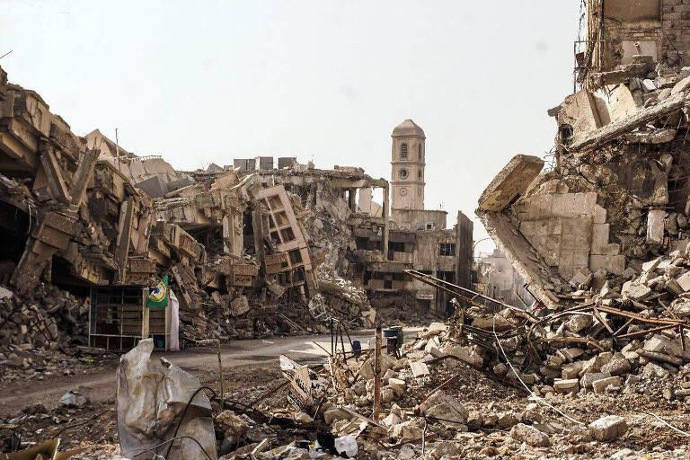 Escombros e restos dos prédios destruídos durante a guerra entre a facção Estado Islâmico e o Exército iraquiano em Mossul