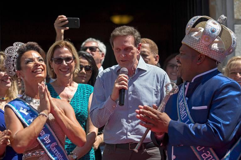 Rei Momo e seu cortejo recebem do prefeito do Rio, Marcelo Crivella, a chave da cidade, em ato que abre oficialmente o carnaval no Rio