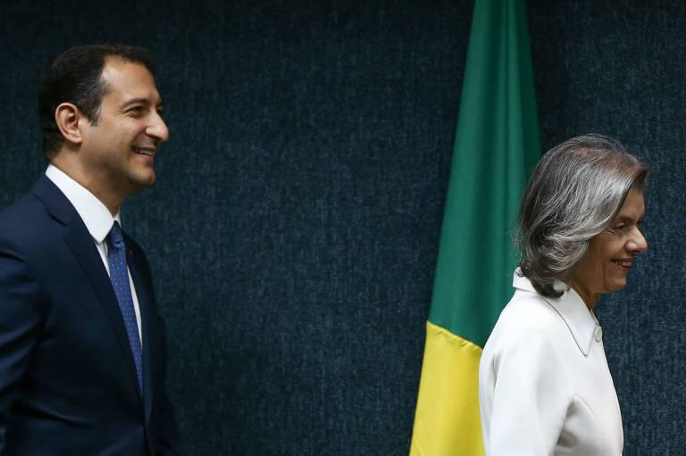 O novo diretor-geral da PF, Rogério Galloro, e a presidente do STF, Carmen Lúcia