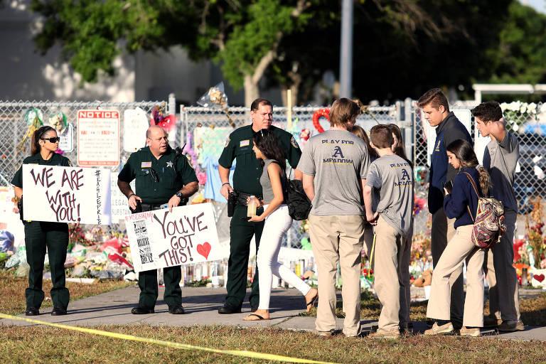 Policiais e estudantes se encontram pela primeira vez após tiroteio em escola na Flórida, em 2018
