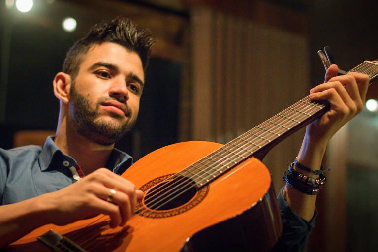 O cantor Gusttavo Lima posa para fotos em estúdio