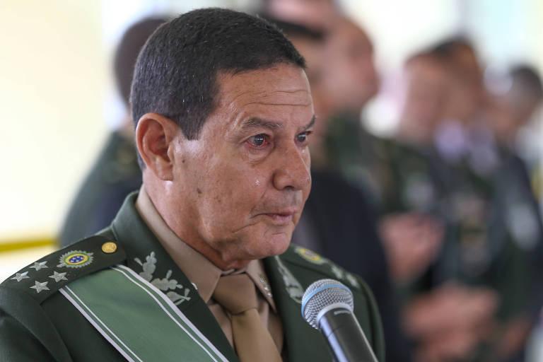 General Antonio Hamilton Mourão se emociona durante sua cerimônia de despedida do Exército