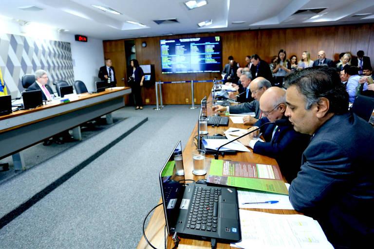 Senador Aécio Neves durante a reunião da CCJ