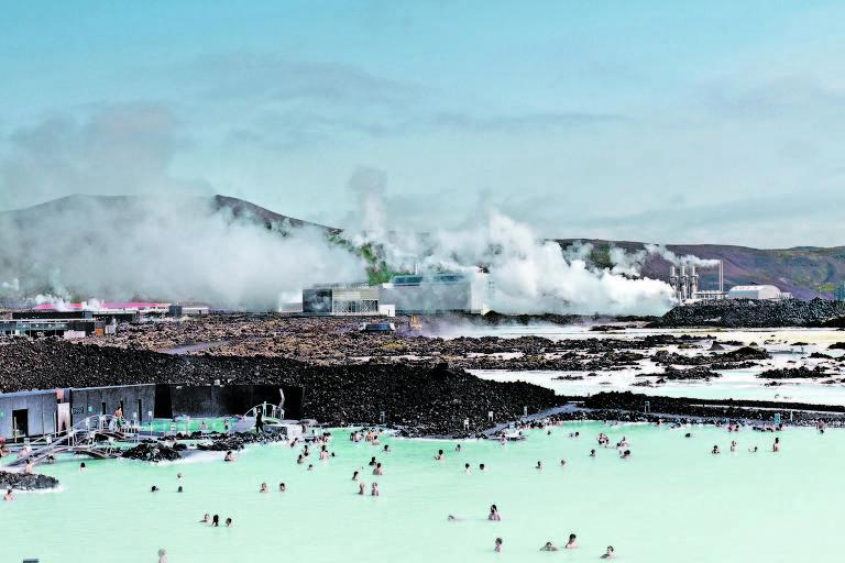 Cascatas e spa natural com água quentinha são passeios típicos islandeses