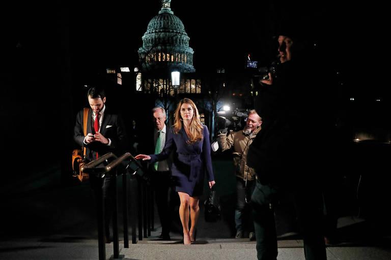 A diretora de comunicação da Casa Branca, Hope Hicks (centro), deixa o Congresso dos EUA após depôr sobre a interferência russa na eleição