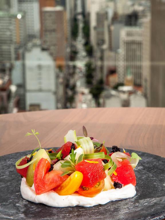 Salada de tomates, melancia com bloody mary, ricota e azeitona é opção de entrada no Café do Farol