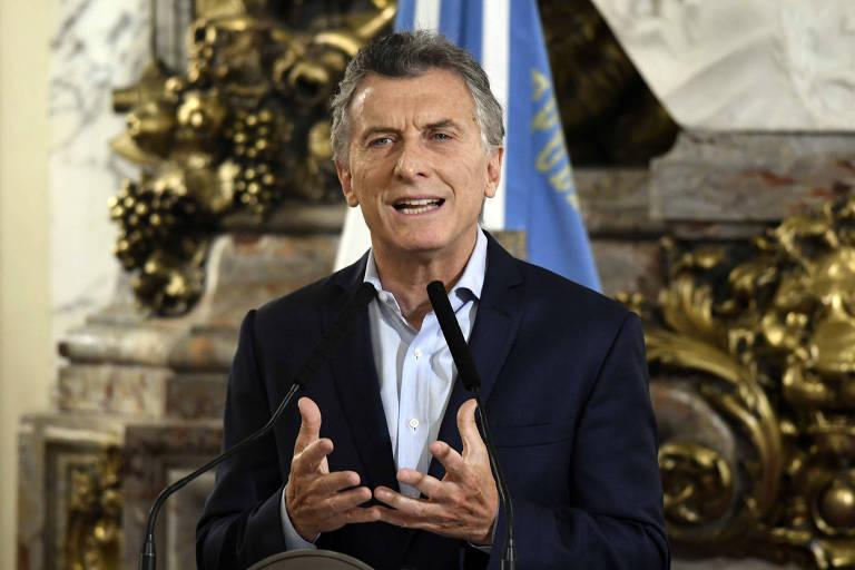 O presidente da Argentina, Mauricio Macri, junta as mãos enquanto anuncia o corte de cargos de confiança em um dos salões da Casa Rosada, em janeiro