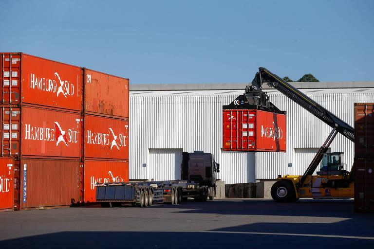 No setor externo, as exportações de bens e serviços cresceram 5,2%, enquanto as importações de bens e serviços avançaram 5,0%