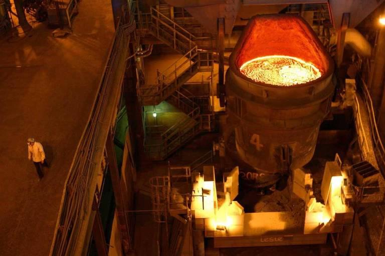 Caldeirão em aciaria da CSN, onde é feita a transformação de ferro líquido em aço líquido