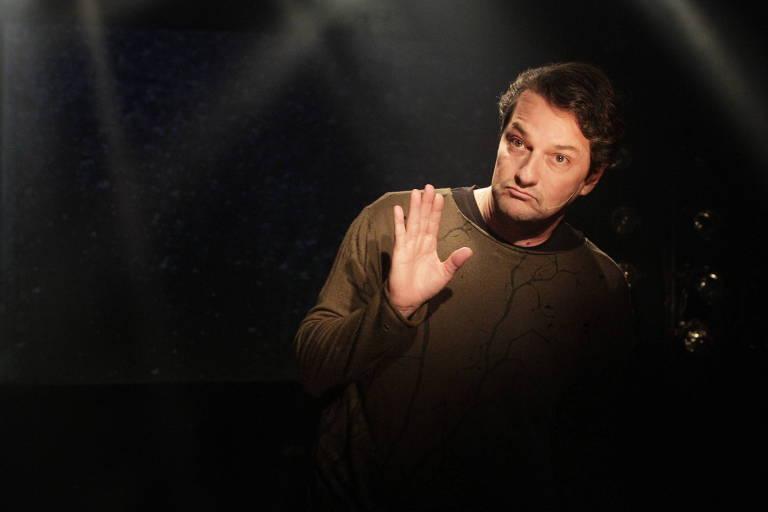 """Marcelo Serrado interpreta um conferencista em """"Vilões de Shakespeare"""""""